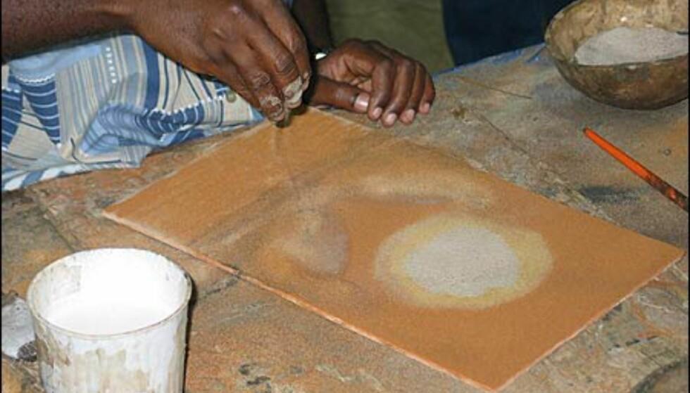 Dakar hviler på sand og Senegals natur byr på sand i mange titalls farver. Dette utnyttes av sand-kunstnere som lager flotte verker ved hjelp av lim og sand.