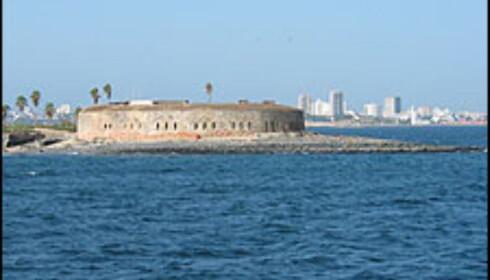 SKYLINE: Dakars fort ble bygget i 1856 og er en vakker kontrast til byens moderne skyline.