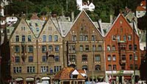 Turister valfarter til Bryggen i Bergen. Gratis og på UNESCOs verdensarvliste.