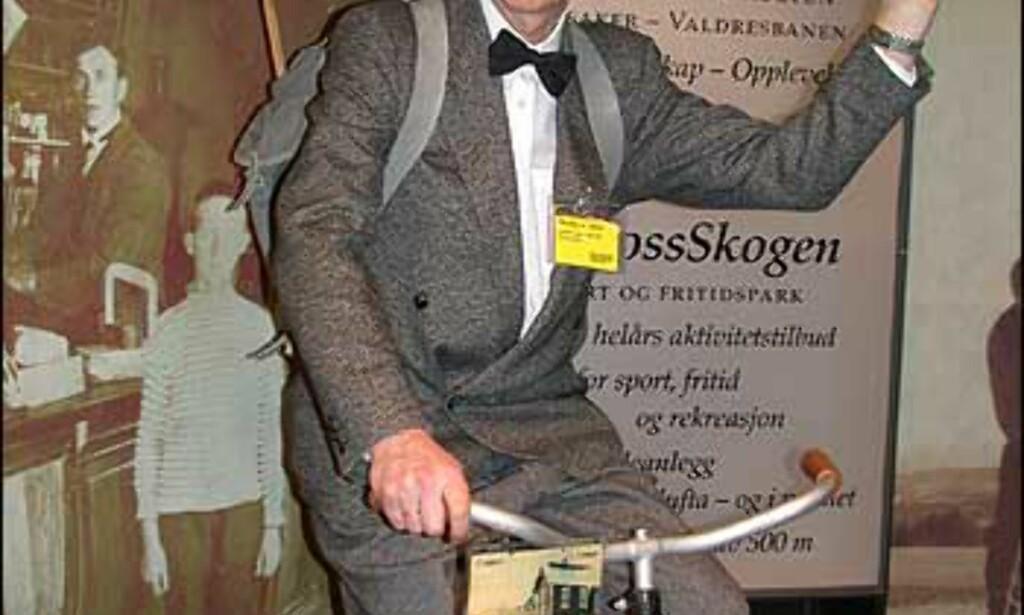 Syklisten Per Ibs Aagenes reklamerer for Toten på originalt vis. Foto: Elisabeth Dalseg Foto: Elisabeth Dalseg