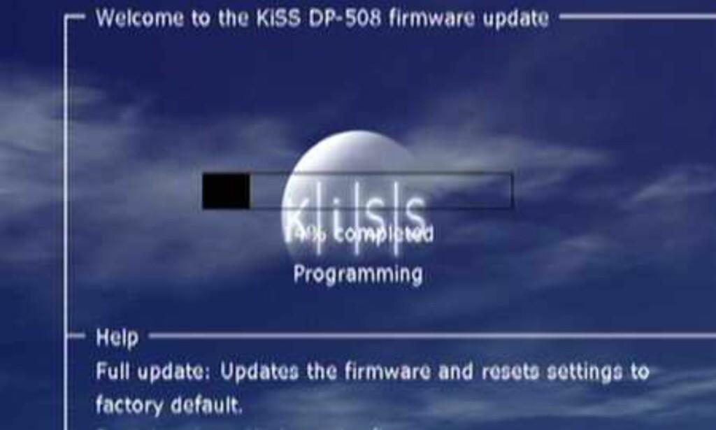 Oppdateringer til den interne programvaren lastes ned og brennes til en CD som puttes i spilleren. Slå av og på, og følg instruksene på skjermen. Enkelt og greit.