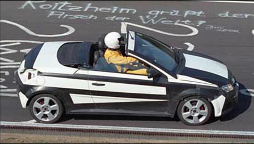 Spionbildet viser en åpen versjon Opel Tigra der et avtagbart metalltak kan oppbevares bak forsetene.