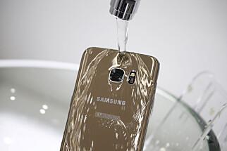 TÅLER OGSÅ VANN: Samsung Galaxy S7 skal være en anelse bedre vannbeskyttet enn iPhone 7, i hvert fall på papiret. Foto: REUTERS/Kim Hong-Ji/File Photo