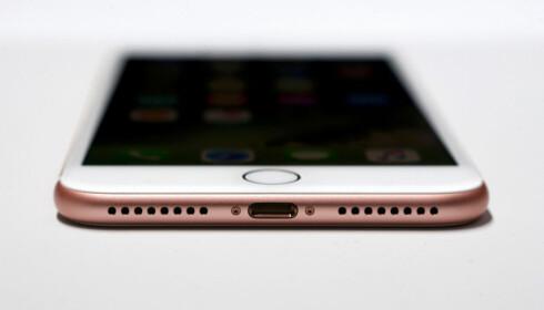 De nye iPhone 7-modellene mangler lydutgang. Vil du bruke hodetelefoner med kabel, må du lytte via Ligthning-porten. Foto: Beck Diefenbach/Reuters/NTB Scanpix