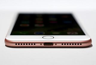 INGEN LUKER: iPhone 7 har ikke gummiplugg for å dekke til ladeporten slik vi kjenner fra eldre vanntette Sony-mobiler. Apple fraråder imidlertid å lade en våt iPhone. REUTERS/Beck Diefenbach