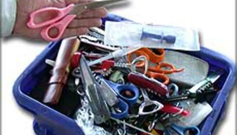 Sakser, sprøyter, lommekniver og strikkepinner. Dette er beslag fra sikkerhetskontrollen på Gardermoen. Foto: Karoline