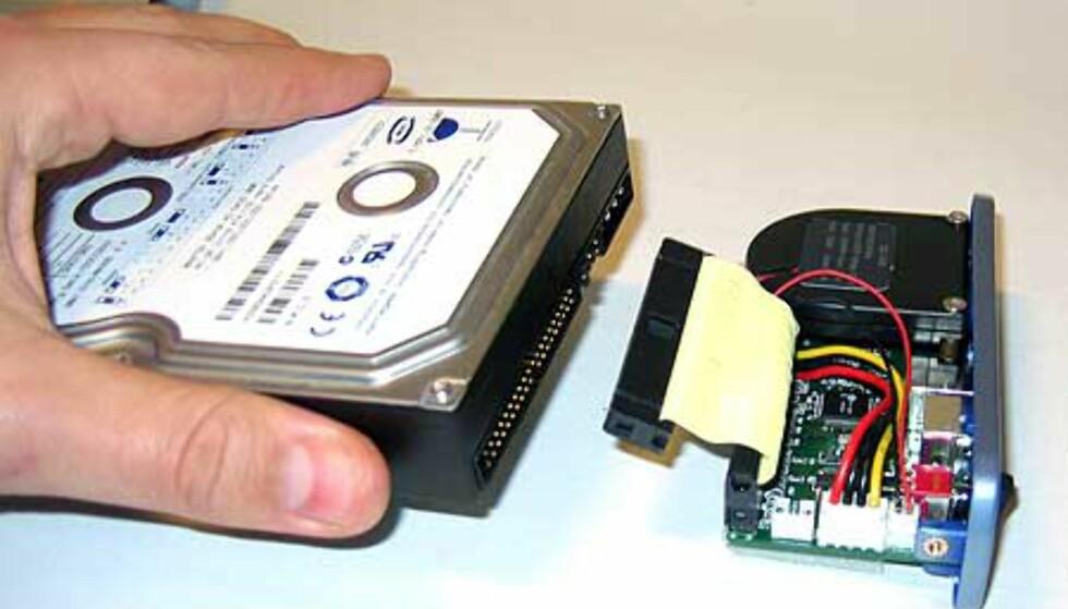 Disken kobles til IDE og 12V-kontakten, og skyves inn i kabinettet. Her er det ikke mulig å trå feil.