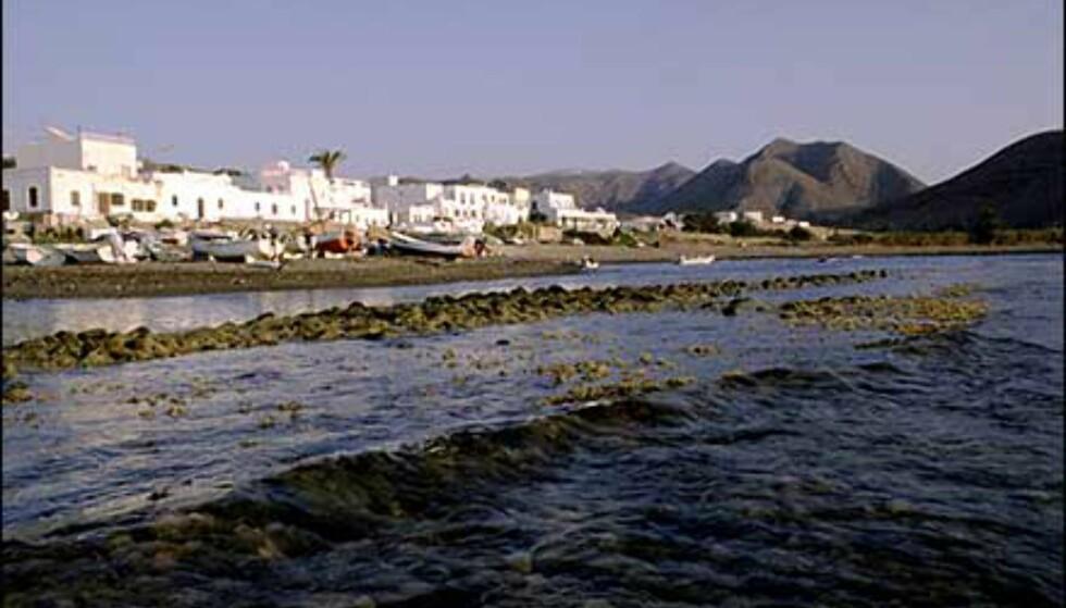 Karrig ørkenlandskap forenes med Middelhavet i landsbyen Las Negras. Foto: www.photito.com/ Spencer Montero