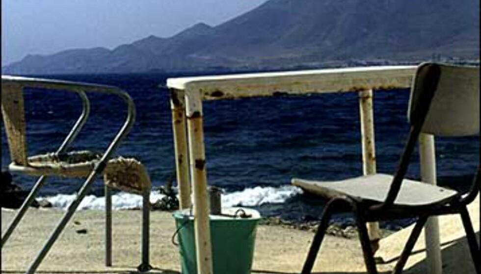 La Isleta del Moro. Plutselig finner du to stoler som aldri har følt hvordan det er å bli sittet på av en turist. Ikke før du dukker opp med morgenkaffen ... Foto: www.photito.com/ Spencer Montero