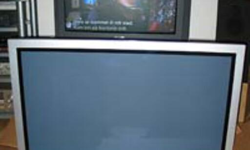 En standard 32-tommer blir stusselig i forhold til de lekre Plasmaskjermene  Bildet viser Hitachis 42-tommers Plasma-TV, som akkurat nå er inne til test. Testen kommer i neste uke. Følg med!