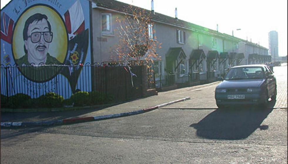 BELFAST: Unionistbydelen i Belfast markerer seg med veggmalerier. Legg merke til de Union Jack-fargede brosteinen.