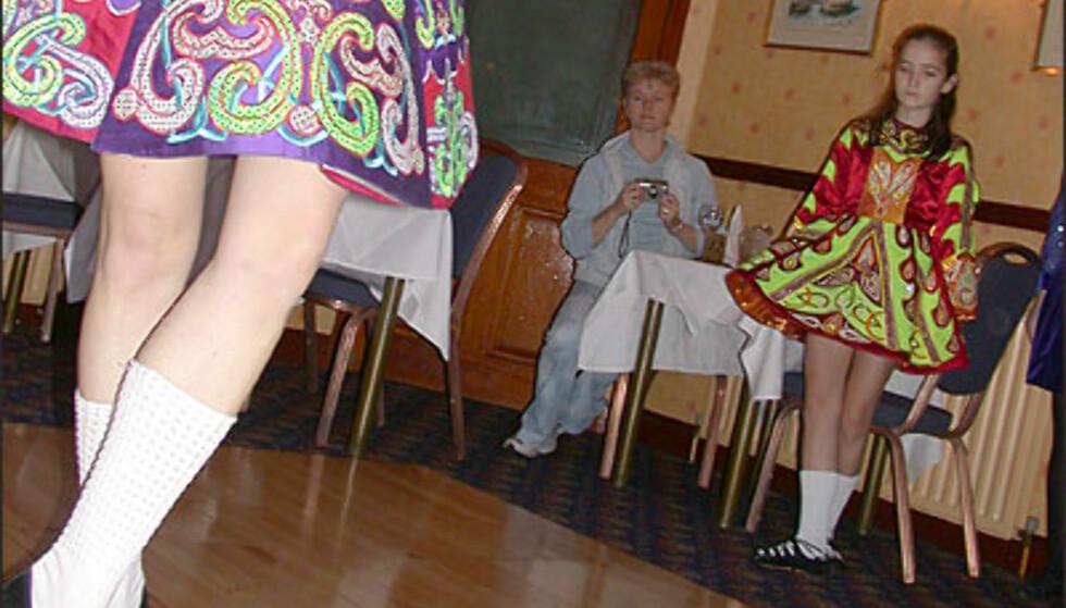 Fram til 1900-tallet danset jentene ofte barfott. Disse jentene har såkalte ghillies på beina. Foto: Inga Holst