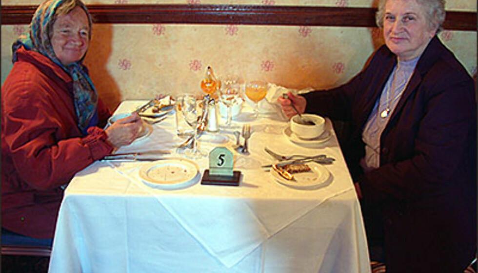 STRANGEFORD, ULSTER: Lutter glede ved bordet på The Cuans i småbyen Strangeford i Nord-Irland. Foto: Inga Holst