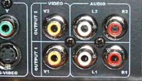 Legg merke til at du har to komposittutganger, S-video og RGB, men ikke scart. Det følger med en kompositt til scart-overgang, samt scart-kabel til TV.