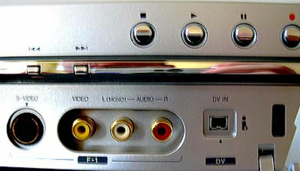 Under dekselet finner du S-video, video og DV-inn for digitale kameraer
