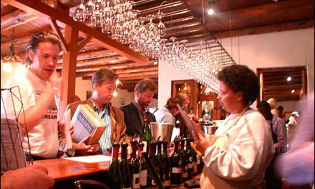 Fornøyde vinsmakere gjør en handel med servitørene hos Fairview, og alle parter er fornøyde.