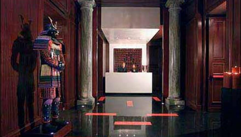 Hotel Aleph i Roma ønsker velkommen med mørke farger.