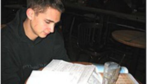 Karl studerer materiellet fra ACN