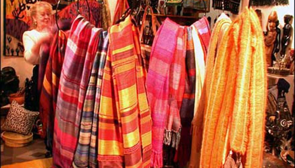 Tekstiler i ull og silke selges flere steder. Vakre farger, gjerne dekorert med strusefjær.