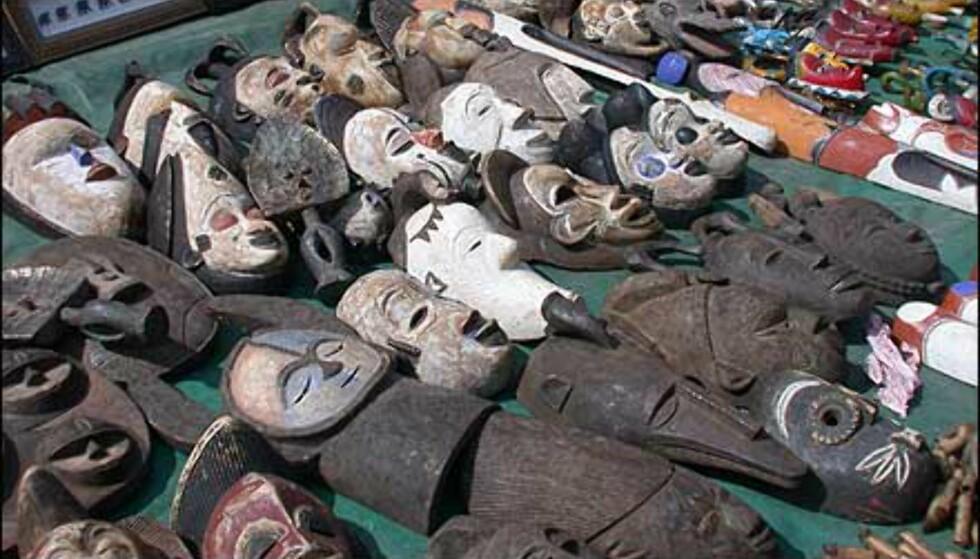 Masker i tre. Suvenirer du kan kjøpe er like ofte laget i andre afrikanske land som i Sør-Afrika, men det betyr ikke at de er dårlige valg. Slike masker gikk for under halv pris i butikker i det relativt kostbare havneområdet, sammenlignet med prisforlangende på dette utemarkedet i Hout Bay. Husk å prute!