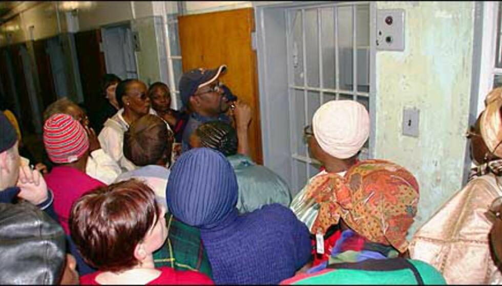 Undrende publikum som får se Nelson Mandelas celle for første gang. Omviseren har også tilbragt seks år på Robben Island som politisk fange.