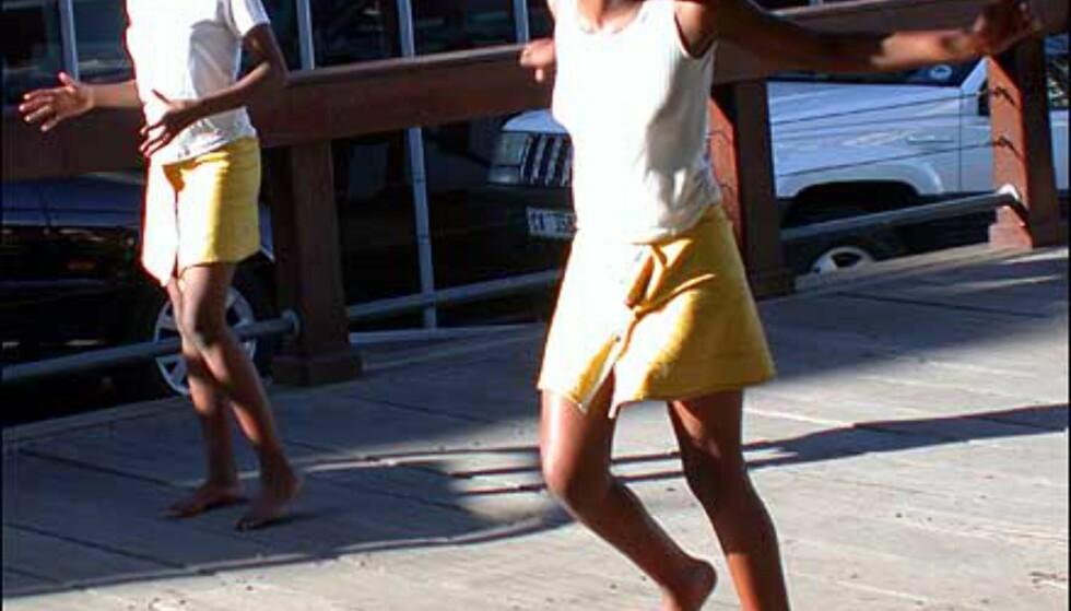 Dansende jenter er en del av underholdningen på V & A Waterfront. Husk skillemynt for å premiere innsatsen.