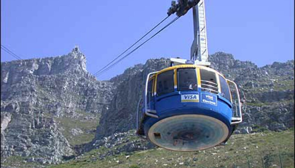 Taubanens vogn har gulv som snurrer sakte rundt - turen til Table mountain er ikke for den høyderedde. Det er forøvrig også mulig å gå opp.
