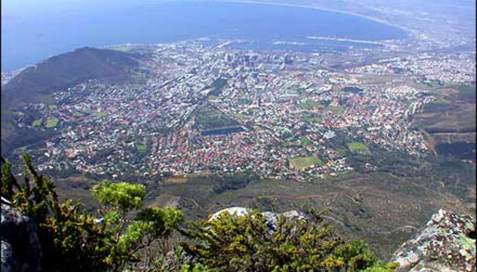 """Utsikten fra Table Mountain er helt enorm, om du greier å komme deg dit en dag uten at """"bordet"""" er dekket av en duk av skyer. Moralen for et besøk i Cape Town er definitivt: Har du en klar dag, dra til Table Mountain - det gis ingen skyfrie garantier her."""