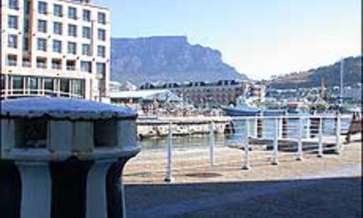 Utsikt mot Table mountain fra havneområdet i Cape Town.