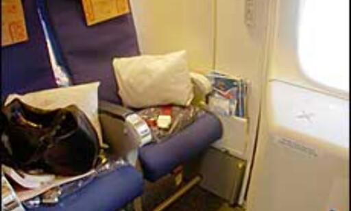 Setet ved nødutgangen gir plass til beina, men ingen hjelp til å holde en trøtt kropp på plass i et alt for lite sete. Dessuten har du konstant selskap av tissetrengte medreisende.