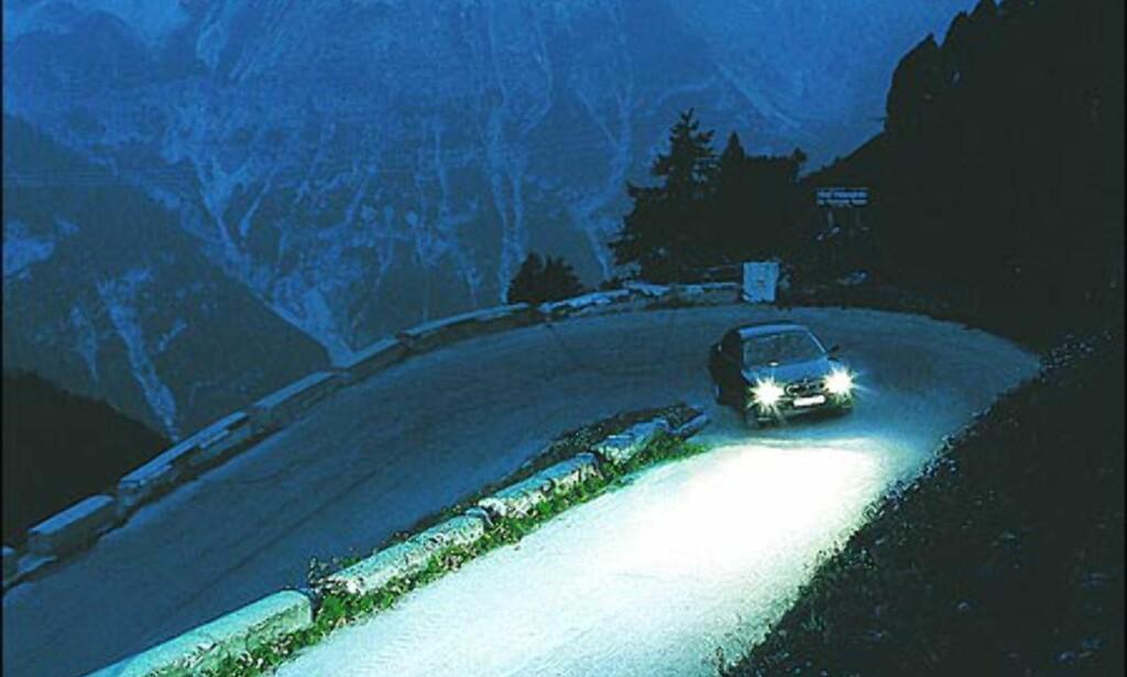 BMWs nær- og fjernlys følger rattbevegelsene og beveges sideveis med inntil 15 grader.