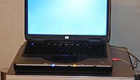 PCen må kobles til foran på MRUen.