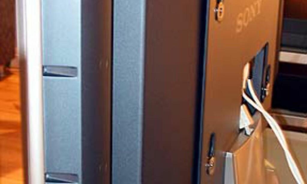 Baksiden av LCD-skjermen - legg også merke til den medfølgende foten.