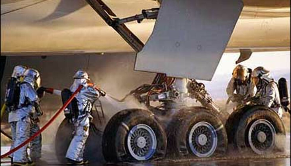 Slukking etter nødbremsetest av Boeing 777-300ER. Bildet gir et inntrykk av dimensjonene.