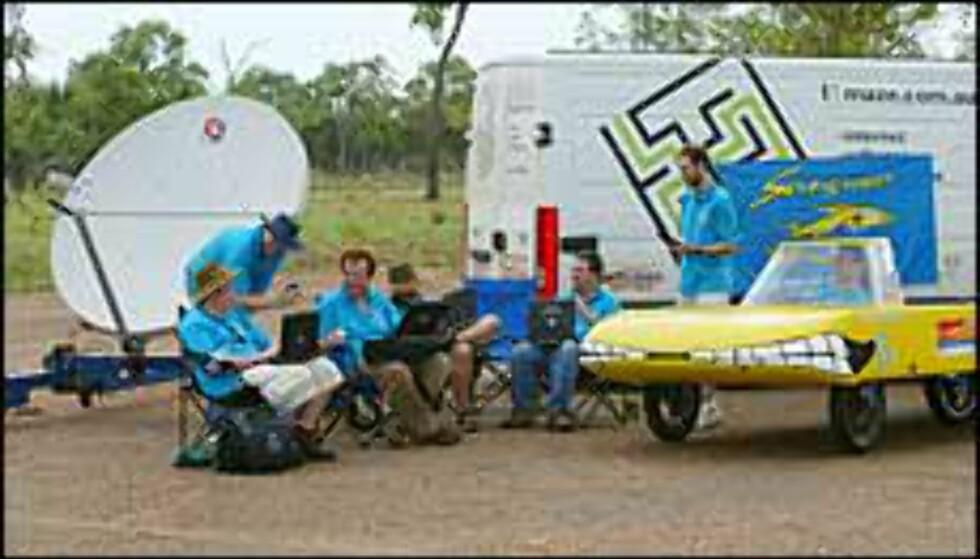 Sungroper heter denne doningen, og her ser du teamet bak. Foto: David Hancock/World Solar Races Foto: Foto: David Hancock/World Solar Races