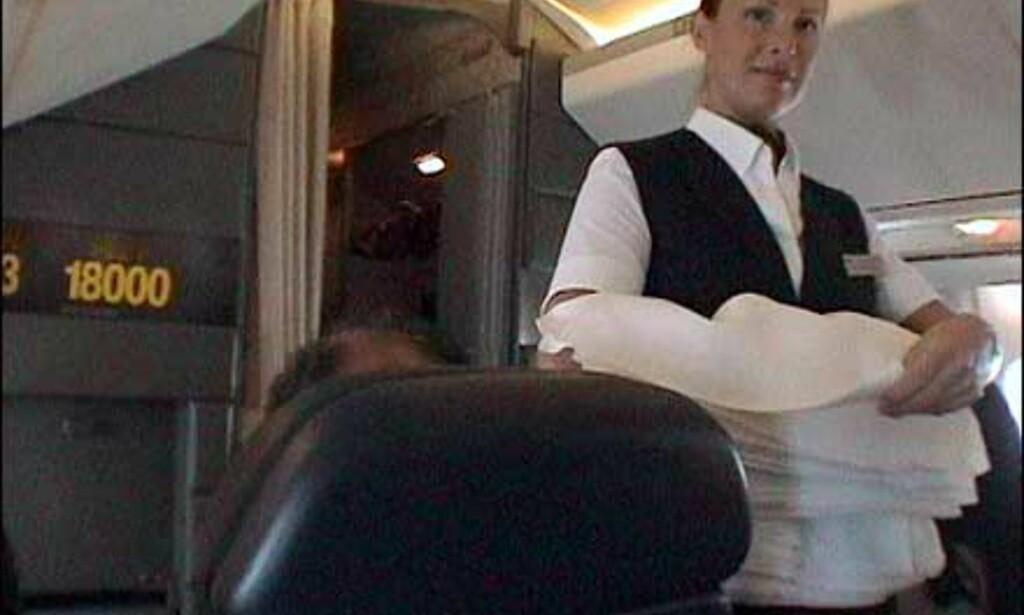 Ingen serveringsbrett og papirservietter på Concorde. Her deler flyvertinnen ut duker før servering. Foto: Pål Sigurd Anthonsen