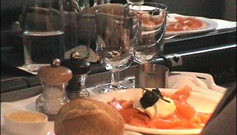 Menyen om bord varierer fra dag til dag, og serveres på porselen og i krystall. Men bestikket er i plast - etter 11. september. Foto: Pål Sigurd Anthonsen