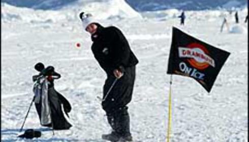 Innpakkede golfspillere med orange baller og stålkøller - se opp på Svalbard i april. Foto: Drambuie.com