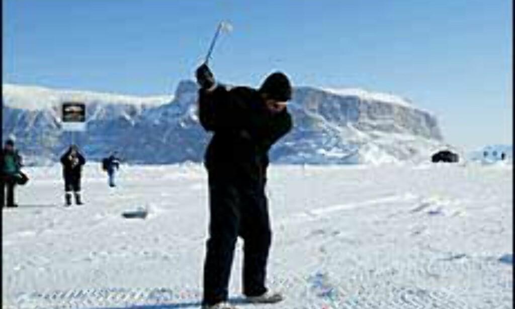 Tidligere har isgolfmesterskapet blitt arrangert på Grønland, men i 2004 er stedet Svalbard. <I>Foto: Drambuie.com</I>