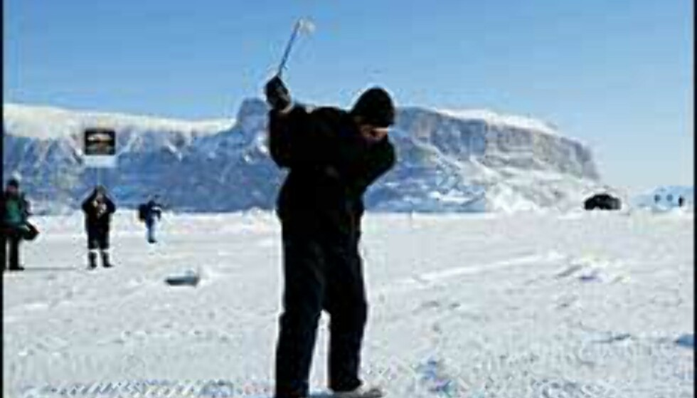 Tidligere har isgolfmesterskapet blitt arrangert på Grønland, men i 2004 er stedet Svalbard. Foto: Drambuie.com
