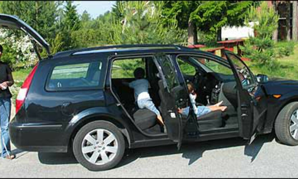 Her er det Ford Mondeo som blir grundig målt og vurdert av både store og små.