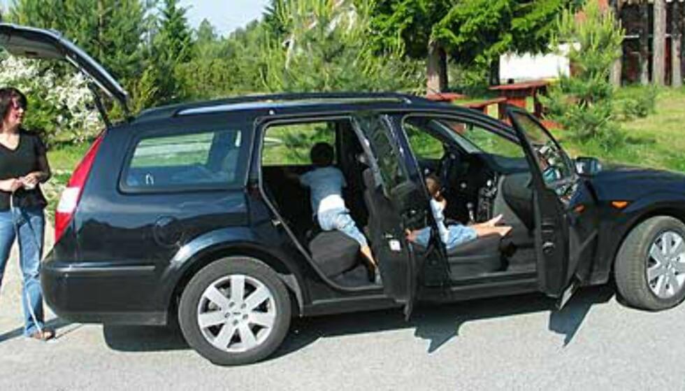 Hele familien utforsker Ford Mondeo.