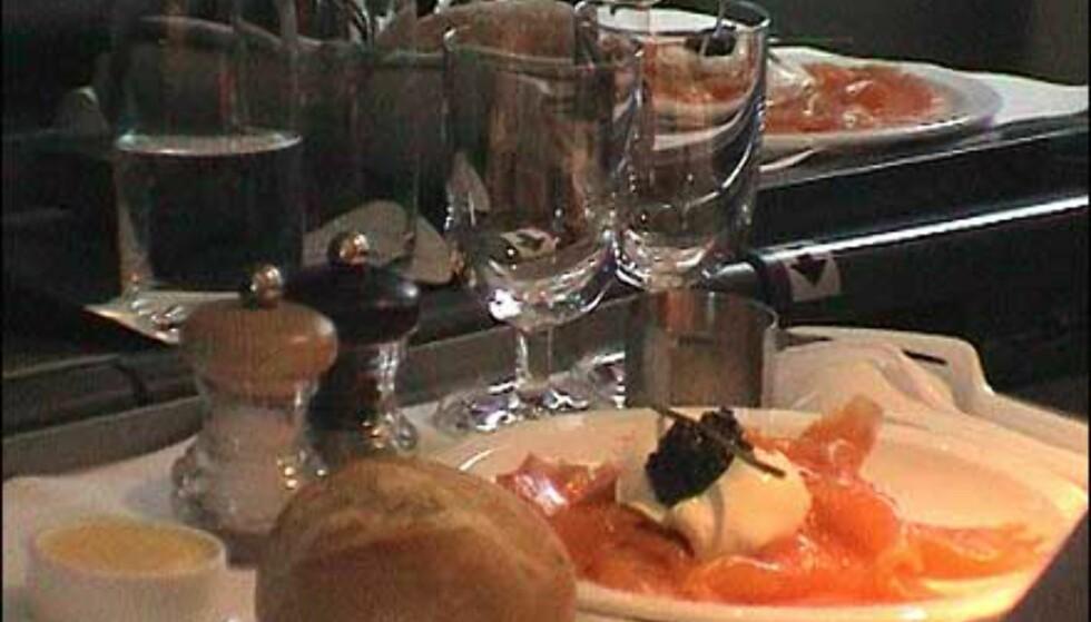 Luksuriøs servering er en del av pakken. Merk salt- og pepperbøssene, og duken på bordet.