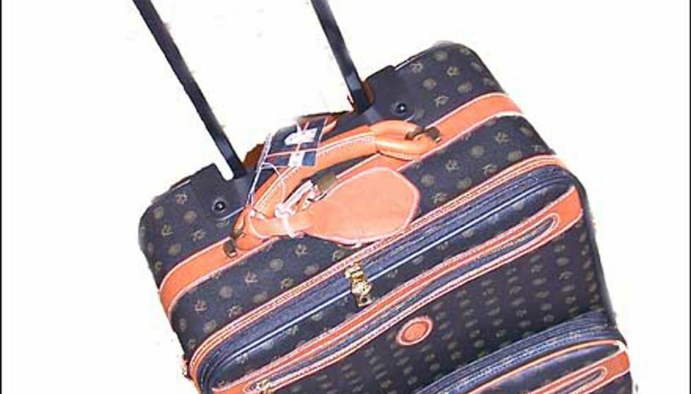 Luis Vuitton er det fjongeste fjonge, men omtrent umulig å spore opp her i landet. Denne fra Kenzia kan minne om Vuitton i mønsteret på læret. 2.298 kroner koster denne kabinkofferten hos Franz Schulz.