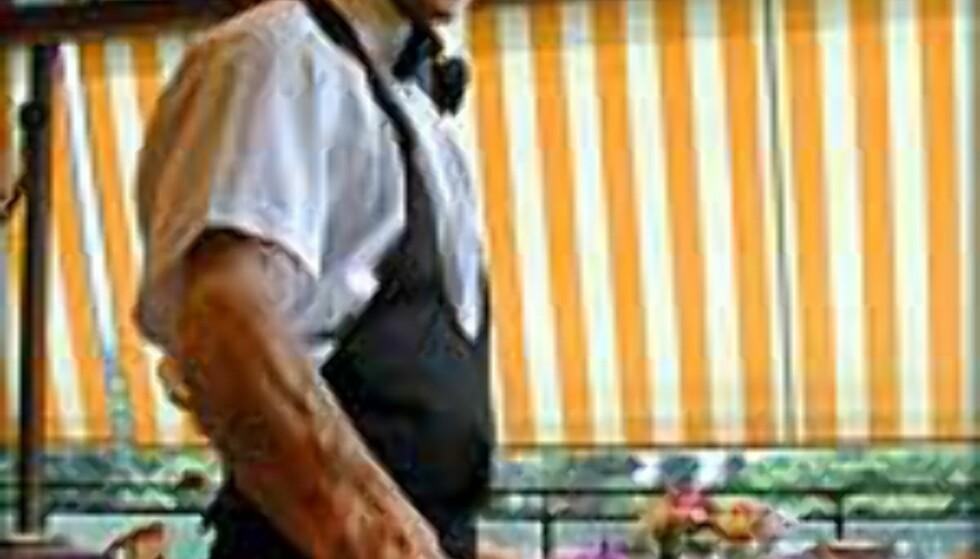 Fra hvilken side serverer kelneren vin?