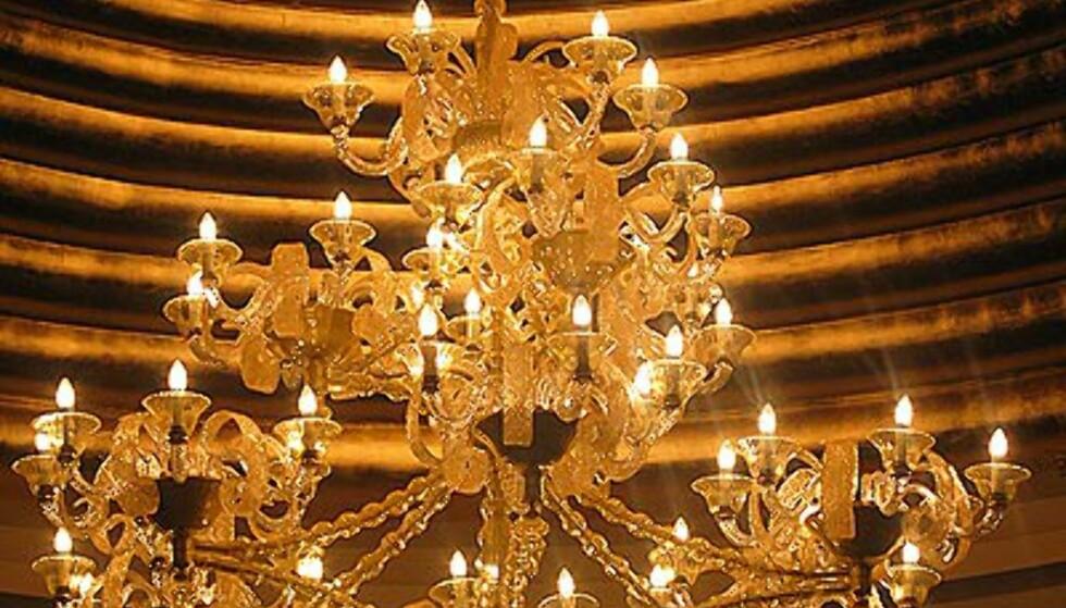 En av utallige lysekroner fra Mutiara.