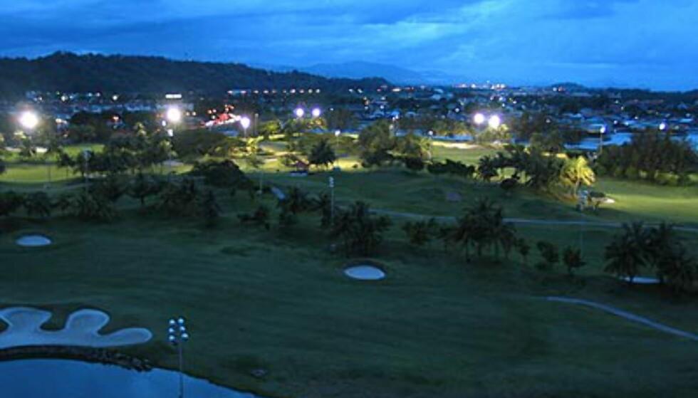 Sutera Harbour: Golfbanen i skumring. Her kan du golfe på flombelyst bane til 23:00. Bildet er tatt fra hotellet.