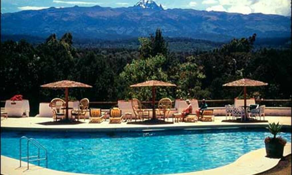 Bassenget ved Mount Kenya Safari Club med unik utsikt.