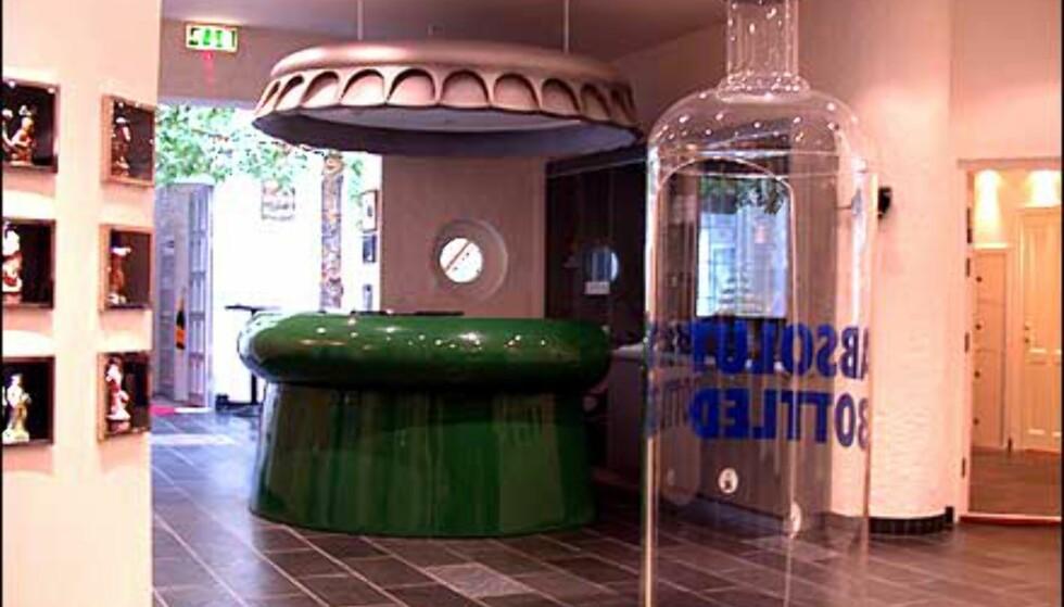 Ikke bare småflasker - resepsjonen er en gigantisk flaskehals med flaskekorktak, og i hallen står en kjempeflaske fra Absolut.