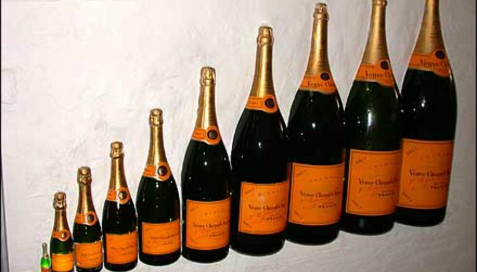 Apropos champagne - i inngangen er disse murt inn i veggen.